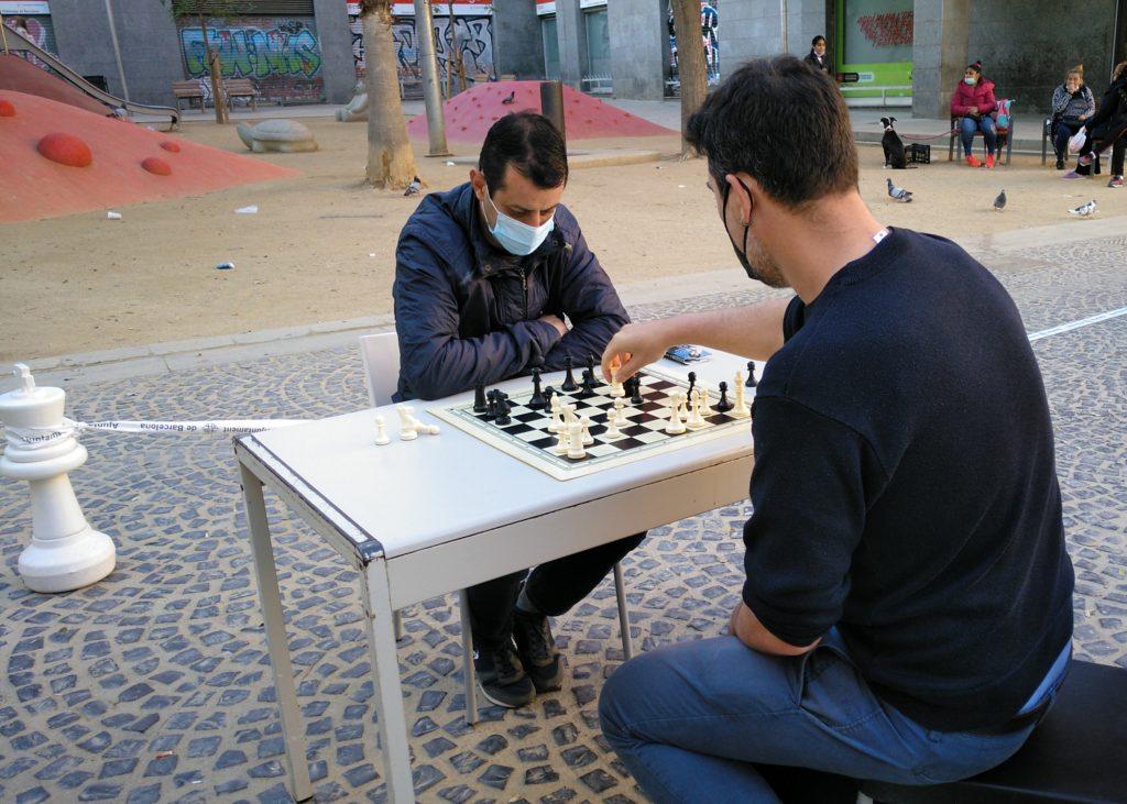 dues persones jugant a escacs al carrer.
